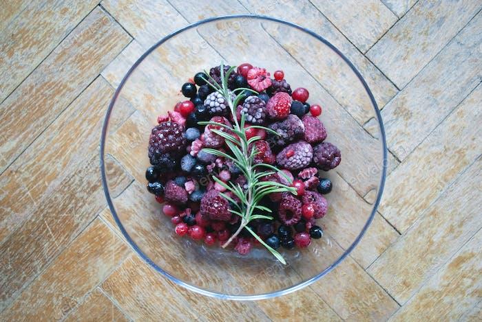 Glasschale mit gefrorenen Beeren