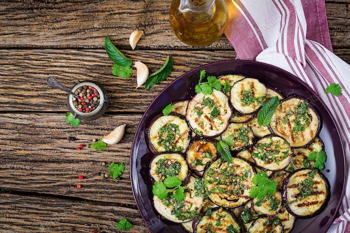 Auberginen gegrillt mit Balsamicosauce, Knoblauch, Koriander und Minze.