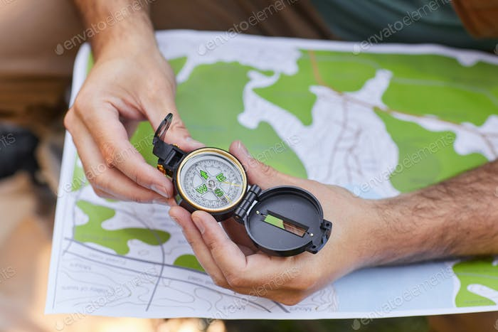 Man navigiert mit Kompass und Karte
