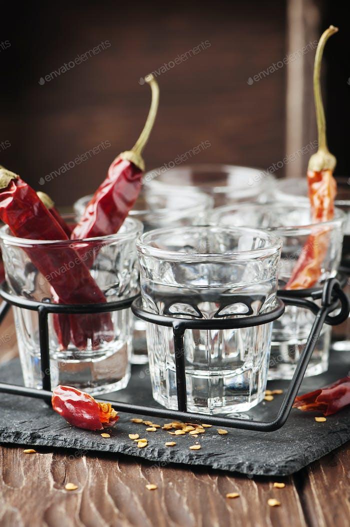 Chilischoten und Gläser Wodka
