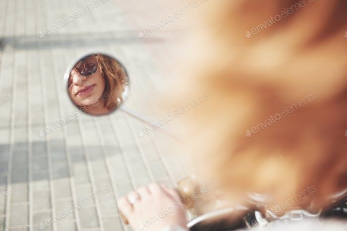 Gesicht Mädchen im Spiegel Roller