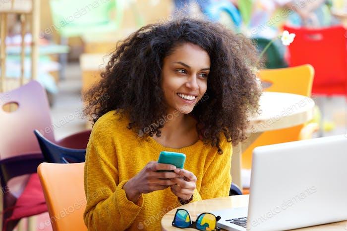 Fröhliche Frau im Freien Café mit Handy