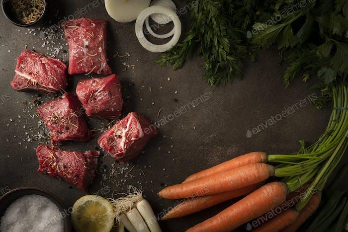 Fleischsuppe mit Zwiebeln, Karotten, Zitrone und vielen anderen frischen Gemüse
