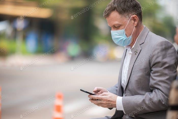 profesional adulto hombre de negocios con máscara facial quirúrgica para proteger el coronavirus