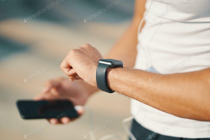 Человек, использующий смарт-часы крупным планом