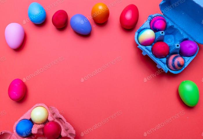 Ostereier, Pastellfarben gemalt und ein Karton Fall, orange Farbe Hintergrund