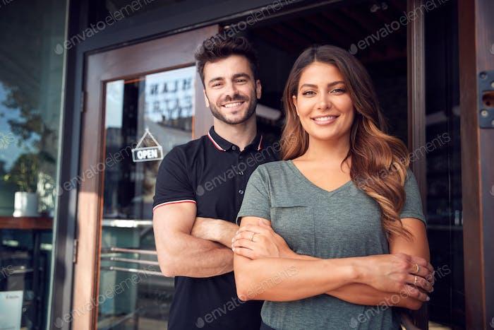 Porträt Von Paar Beginnend Neue Coffee Shop Oder Restaurant Geschäft Stehen In Tür