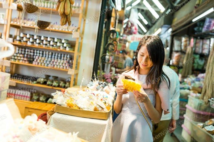 Mujer compra en el mercado de fin de semana