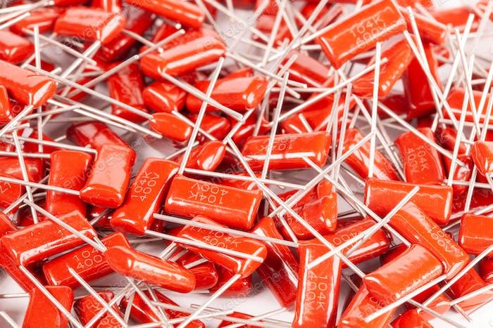 Nahaufnahme einer Reihe von roten Kondensatoren