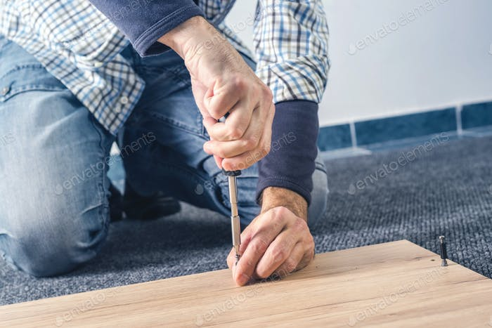 Mann Montage Möbel zu Hause, Hand mit Schraubendreher
