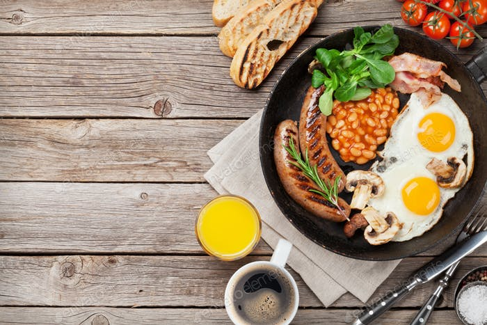 Englisches Frühstück. Spiegeleier, Würstchen, Speck
