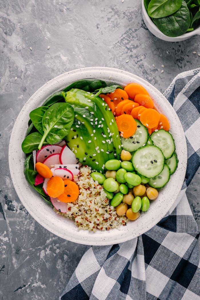 Veganer Buddha Schüssel Salat mit Spinat, Quinoa, gerösteten Kichererbsen, gegrilltem Huhn, Avocado