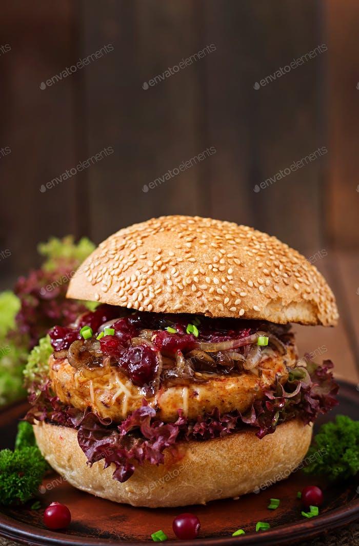 Hamburger mit saftigem Putenburger mit Käse, karamellisierten Zwiebeln und Cranberry-Sauce
