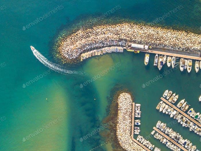 Marina top down Luftbild Boot segeln ab