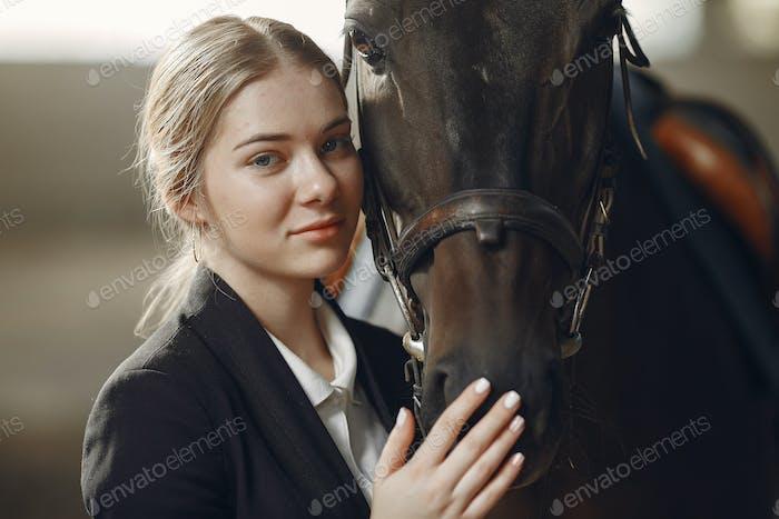 Der Reiter in schwarzer Form trainiert mit dem Pferd