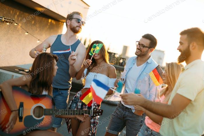 Grupo de Amigos Alegre teniendo fiesta en la azotea