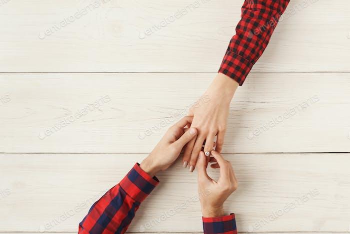 Freund Putting Ring auf Freundin Finger, Draufsicht