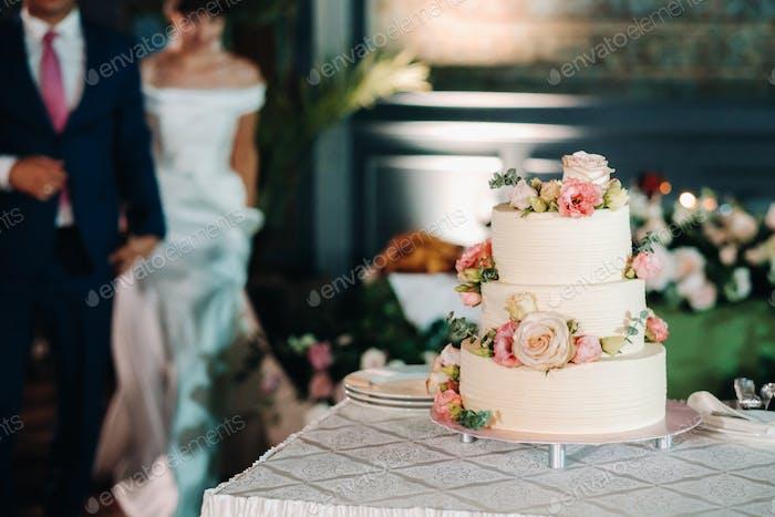 Элегантный свадебный торт на свадьбе в три яруса