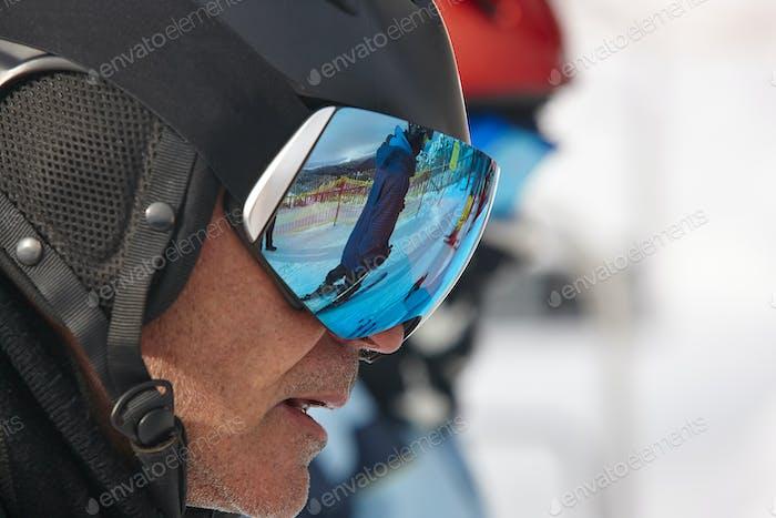 Skibrille auf einer weißen Winterlandschaft. Blaue Reflexion. Horizontal