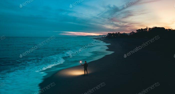 El chico mira hacia el infinito. Mira más allá del horizonte