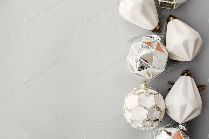 Weihnachten Vintage weiße Ornamente auf grauem Papier, flache Liege mit Platz für Text