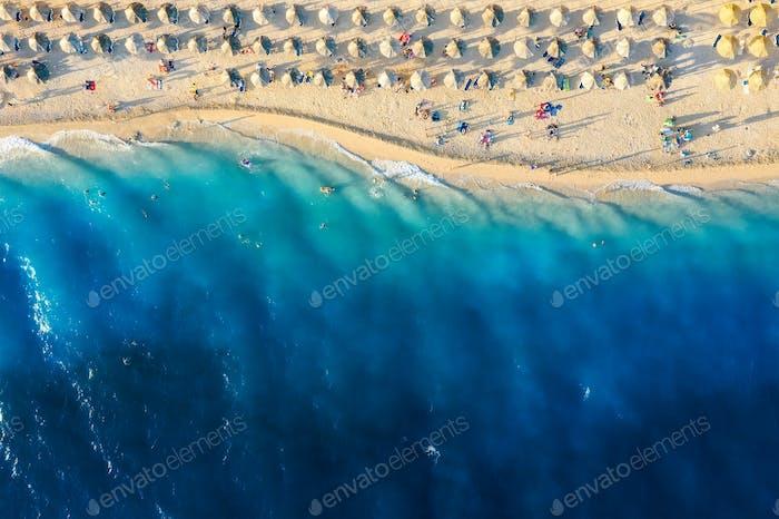 Mar Mediterráneo. Vista aérea sobre la playa y la gente. Playa y agua azul.