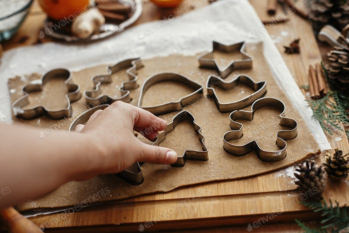 Herstellung von Weihnachts-Lebkuchenkeksen