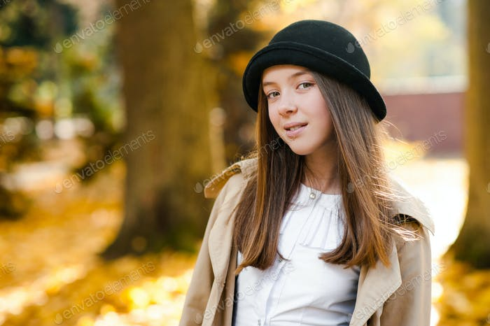 Soft-Fokus Porträt eines niedlichen Teenagers im Park