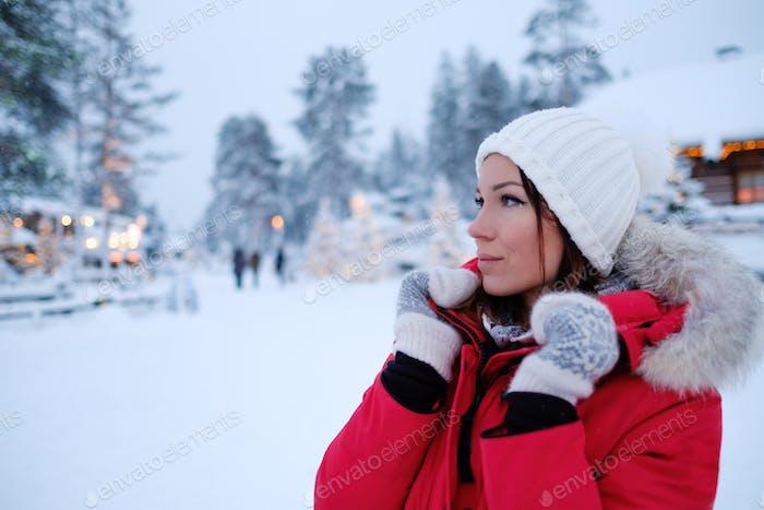 Счастливая женщина в снежный пейзаж
