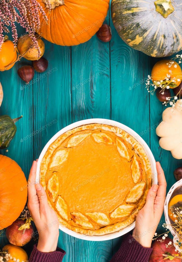Kürbiskuchen, verschiedene Kürbisse, Herbstobst