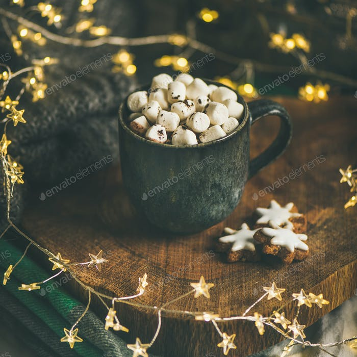 Weihnachten Winter heiße Schokolade mit Marshmallows im Becher, quadratische Ernte