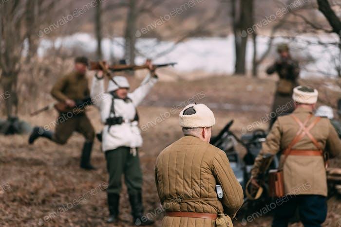 Re-enactors, die als russische sowjetische Soldaten des Zweiten Weltkriegs gekleidet sind P