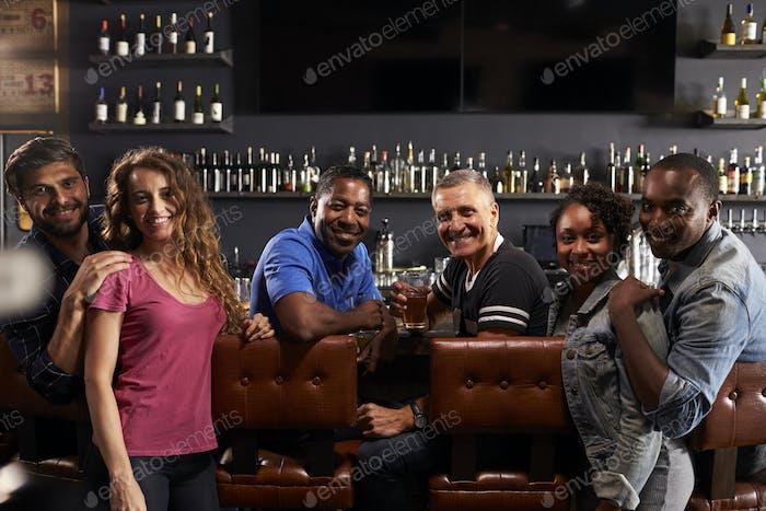 Портрет друзей Расслабляющий в баре вместе