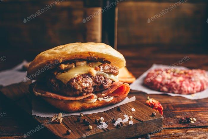 Cheeseburger auf Schneidebrett