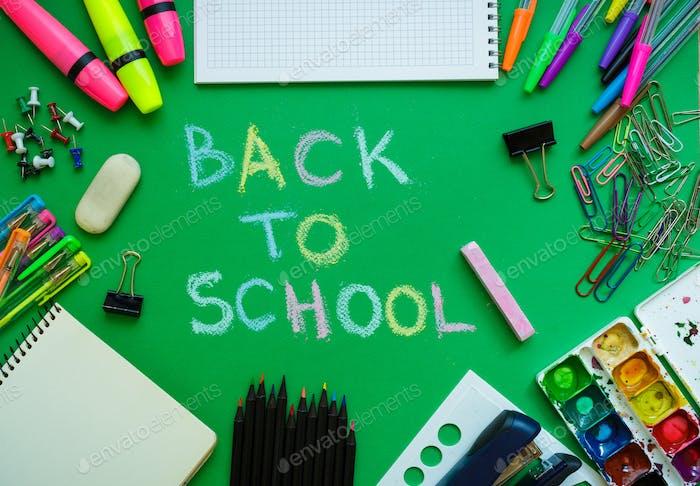 Schulbedarf auf Tafelhintergrund bereit für Ihr Design
