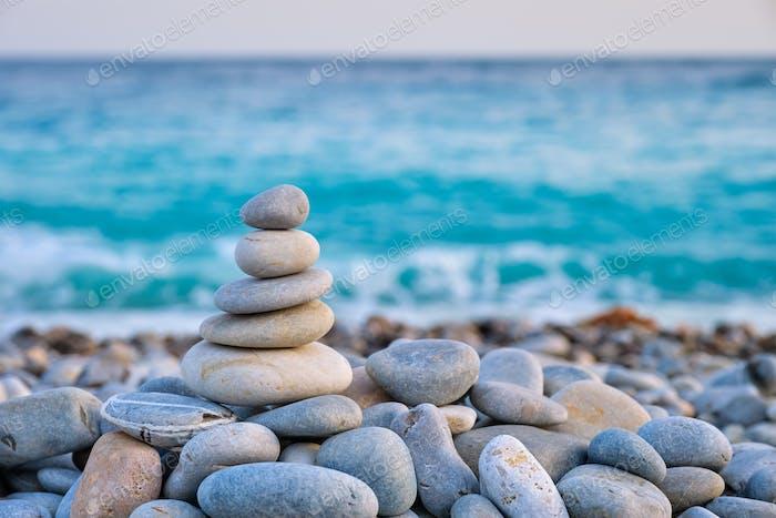 Zen ausgewogene Steine Stapel am Strand