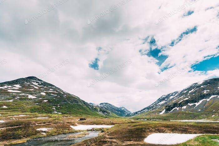 Nationalpark Reinheimen, Norwegen. Berge Landschaft im Frühsommer. Bergkette in einem der
