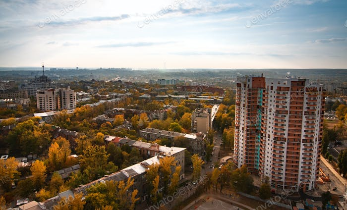 Vista aérea de una gran ciudad europea en desarrollo