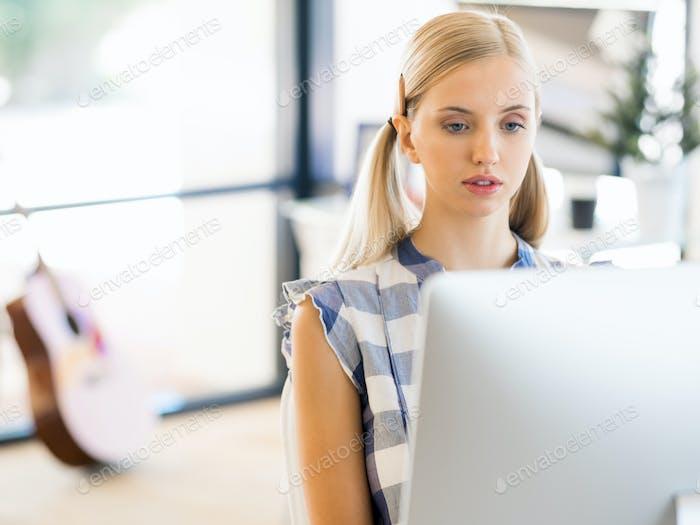 Junge Frau, die im Amt arbeitet