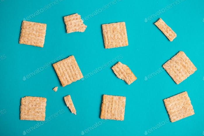 Trockenknacker Kekse blauen Hintergrund