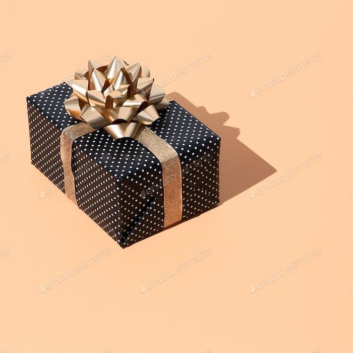 Geschenkbox mit Polka Dot Design in isometrisch auf trendigem beige Hintergrund. Geschenk Weihnachts-Konzept