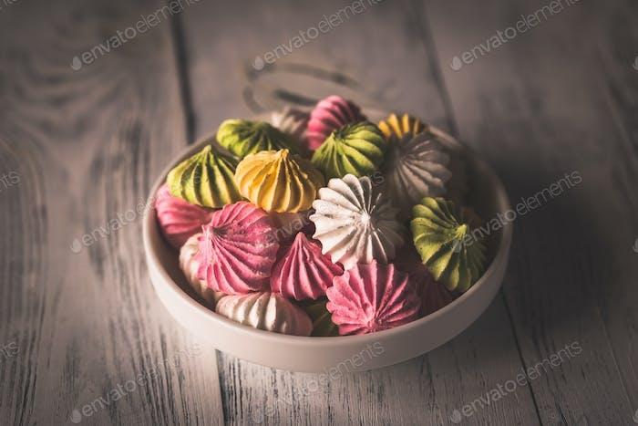 Cuenco de merengues de colores