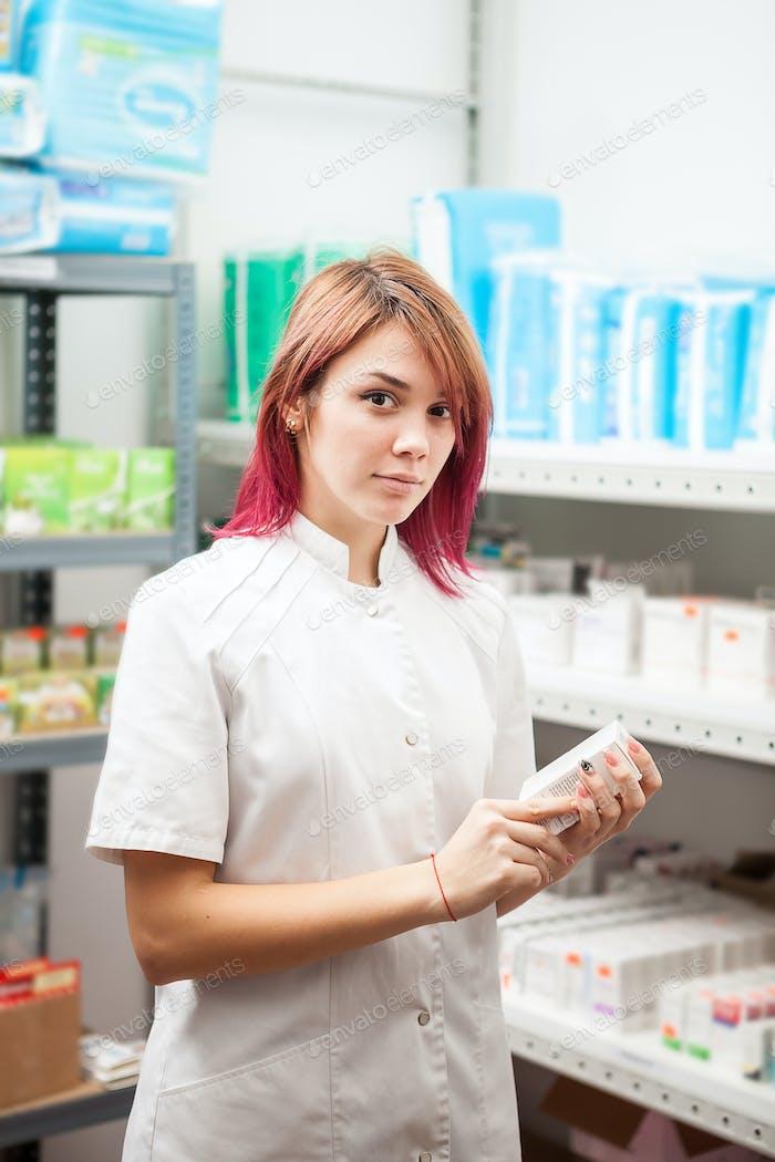 Farmacéutica Mujer en el almacenamiento