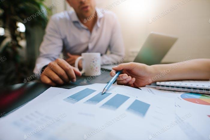 Geschäftsleute diskutieren Finanzstatistiken im Büro