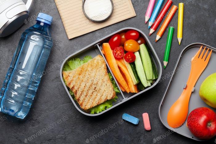 Schule Lunchbox und Bildung Schreibwaren auf Stein Tisch