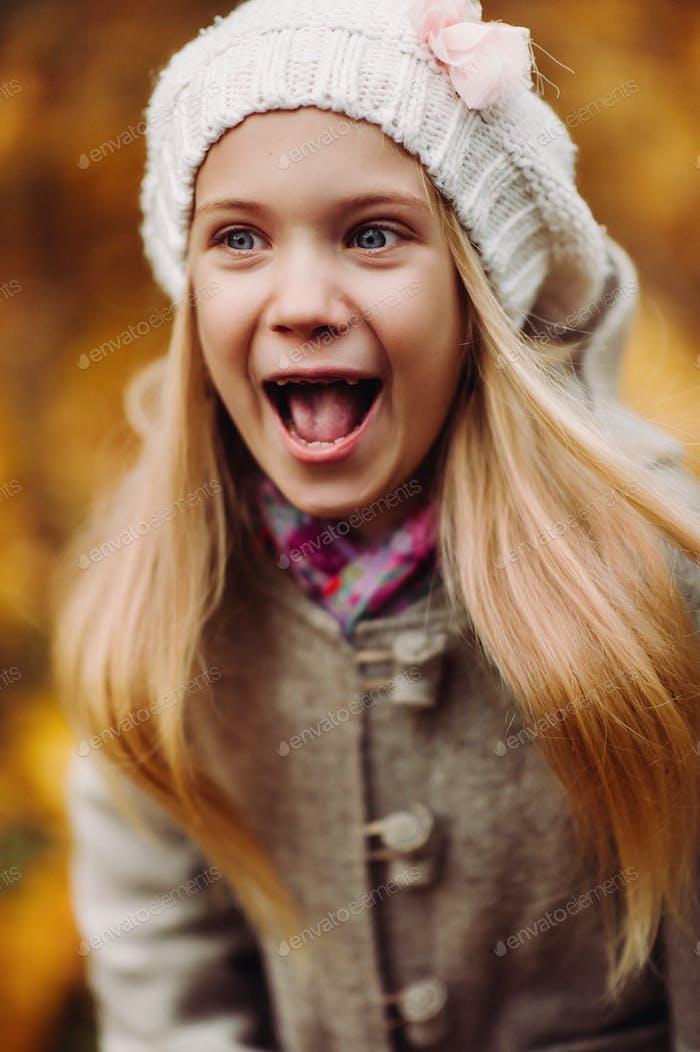 Charmantes kleines Mädchen lacht - glückliches Mädchen. charmant Herbst
