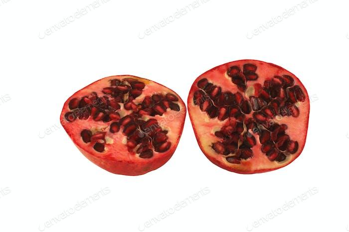 Isolierte Granatapfelhälften auf weißem Hintergrund