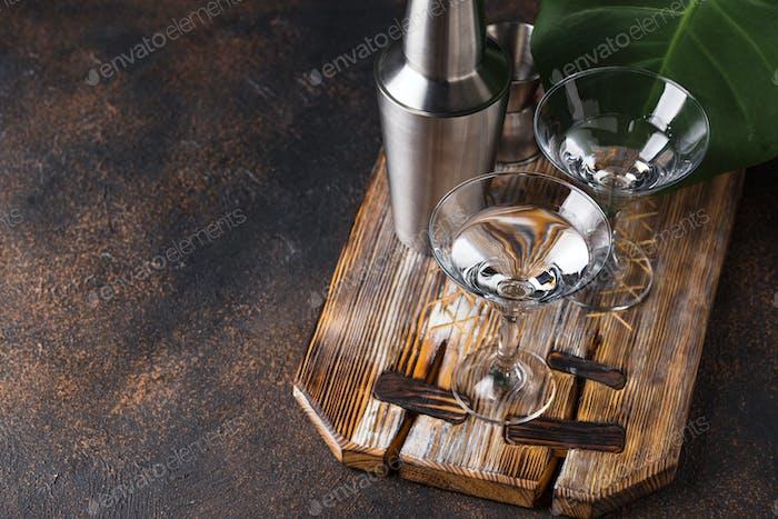 Zwei Gläser Martini-Cocktail