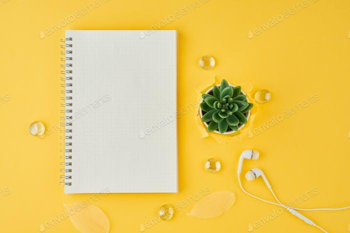 Leere Notizblockseite im Aufzählungsjournal auf leuchtend gelbem Büro-Desktop