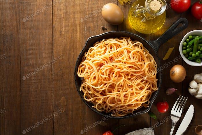fertige Pasta auf Holz